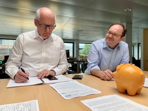 «Wir glauben nicht, dass Eheringe nur noch online gekauft werden», sagen Thomas Braun (links) und Georg von Wyss. Deshalb investieren sie in die Titel des US-Schmuckhändlers Signet Jewelers. (Bild: zvg)